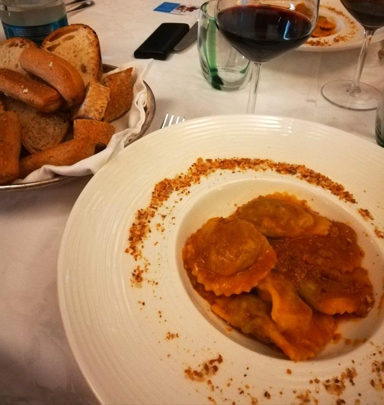Tortelli di Lucca e vino rosso al ristorante di Vetrina Toscana