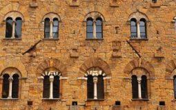 Palazzo Priori di Volterra: esempio di Romanico Pisano