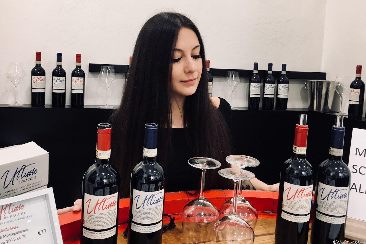 Carlotta A. Buracchi, responsabile marketing e comunicazione di Az. Agr. Buracchi nel corso di una degustazione ad Arezzo