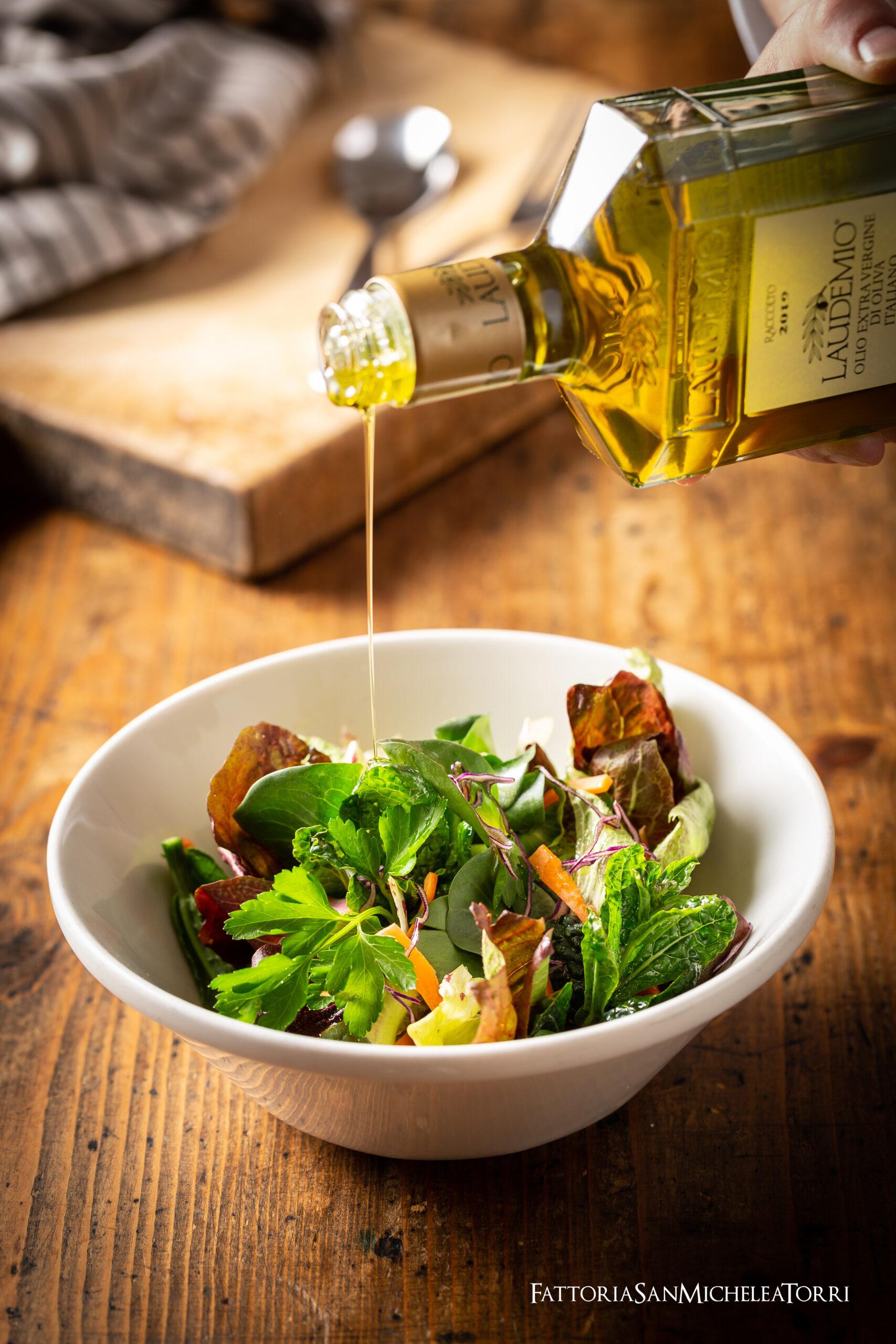 Insalatina di stagione dell'orto con LAUDEMIO olio extra vergine di oliva biologico